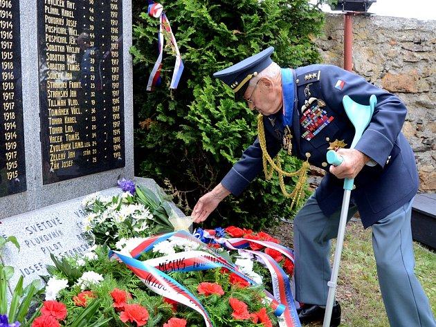Poklonit se přišel i jeden z posledních žijících československých členů RAF Imrich Gablech (na snímku).