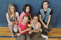 Úspěšná hlídka i s pohárem a diplomem – Šárka Dušková, Natálie Kračmarová, Kristýna Kořínková, Irena Šimánková, Jana Krondráfová.