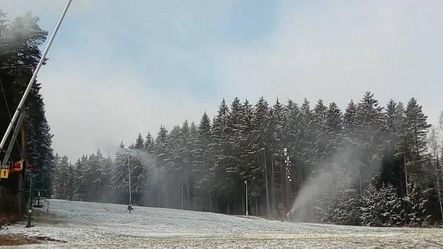 Ve ski areálu Kadlečák u Světlé nad Sázavou se o víkendu zasněžovalo.