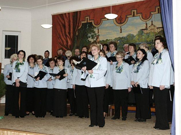 Chotěbořský soubor Doubravan vystoupil v sobotu v Obecním domě v Rozsochatci.