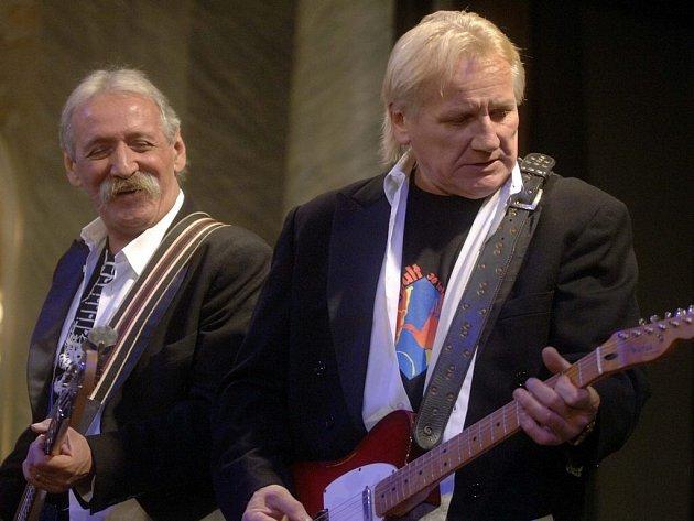 Katapulti radili. Legendární česká bigbítová kapela Katapult se jako první představila modlíkovskému publiku. Frontman kapely Olda Říha (vpravo) dokonce pořadatelům radil, jak má podle evropských norem vypadat pódium.
