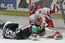 Boleslavský útočník Tomáš Nouza padá na led před gólmanem Havlíčkova Brodu Stanislavem Nerudou ve třetím čtvrtfinálovém zápase, který Středočeši vyhráli 3:2 v prodloužení.