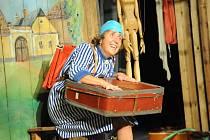 Úspěch. Bára Hrzánová v titulní roli hry Hrdý Budžes sklízí potlesk kamkoliv přijede.