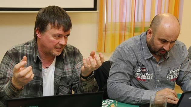 Frekventanti, na snímku vidíte Jaroslava Schöna (vlevo) a Jana Leksu, se mimo jiné seznámili i s příčinami přibývajících otrav oxidem uhelnatým.