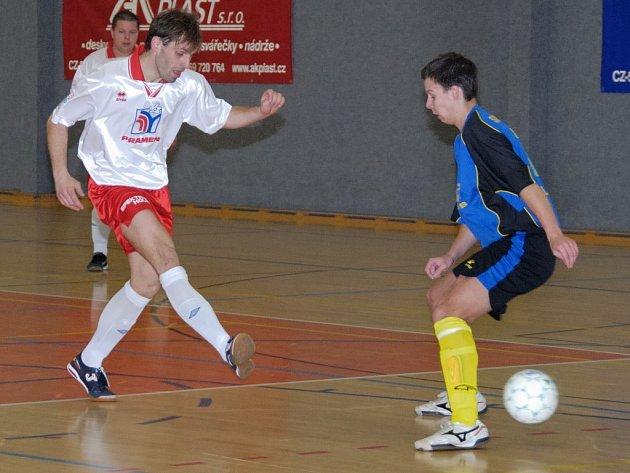 Druholigoví futsalisté Havlíčkova Brodu (v bílém Jiří Stojan) sice postoupili do semifinále krajského poháru, ale v Ledči se o výsledek strachovali.