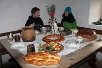 Staročeské vánoce. Klid, pohoda a také práce. Takové bývaly Vánoce za časů našich předků. V kamny vyhřáté kuchyni vévodil prostřený stůl.