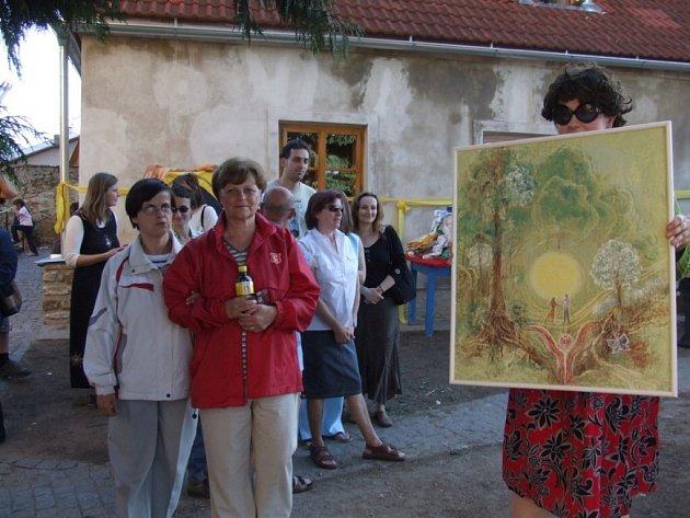 Při slavnosti otevření Domečku nechyběla ani dobročinná dražba uměleckých děl nebo koncert Hradišťanu v kostele.