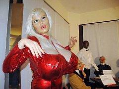 Vosková figurina pornohvězdy Lolo Ferrari je jedním z exponátů výstavy.