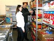 POTRAVINOVÁ BANKA. Potravinové banky jsou bojem proti plýtvání jídlem. Potraviny putuj k potřebným.