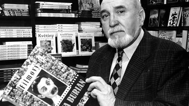 """Filmový historik odešel. Karel Čáslavský byl známou tváří televizní obrazovky. Největší popularitu mu přinesl zábavný soutěžní pořad Videostop, kde   """"napovídal"""" Janu Rosákovi."""