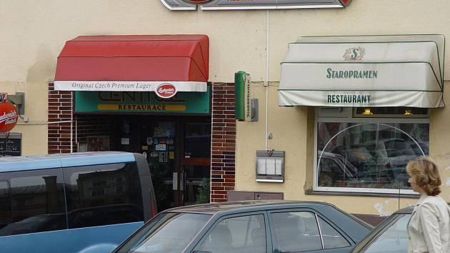 V této restauraci v Ledči nad Sázavou podvodníci udeřili na automat kapesním nožem.