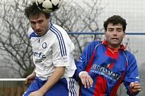 Fotbalisté Herálce (v bílém) se díky výhře nad fotbalisty Okříšek (vpravo) dotáhli na své soupeře v boji o záchranu. Na předposlední Novou Ves nyní ztrácejí pouhý bod a na skláře ze světlé body tři.