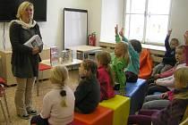 Škola naruby. Projekt Čtěte dětem představila brodským školákům spisovatelka Petra Braunová.