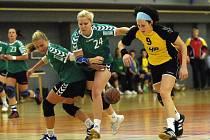 Dalším soupeřem brodských házenkářek (ve žlutém Lucie Kolesová) bude dnes na domácí palubovce třetí tým soutěže Liberec. Jiskra bude určitě chtít vrátit soupeřkám podzimní porážku o osm branek nebo loňskou prohru na domácí palubovce o jediný gól.