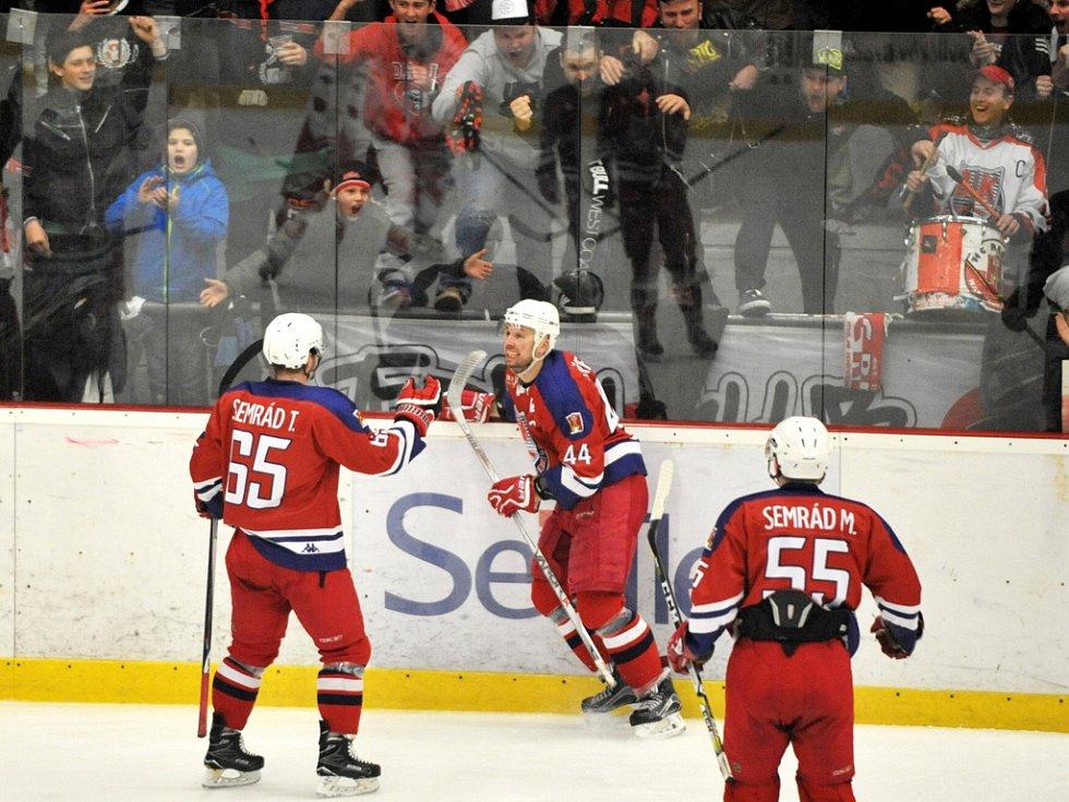 První výhru slaví ve čtvrtfinálové sérii hokejisté Havlíčkova Brodu (v červeném) proti Žďáru nad Sázavou. V Kotlině zvítězili 4:2, a ujali se vedení v sérii, která pokračuje druhým zápasem už v úterý Na Bouchalkách.