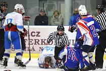 Vypjaté semifinále se odehrává v Krajské hokejové lize mezi Světlou (ve světlém) a Litomyšlí. I třetí zápas v sérii nabídlo několik bitek a vysokých trestů.