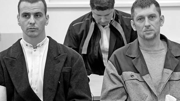 Brněnský krajský soud podruhé vrátil do Jihlavy případ brutálního vydírání podnikatele, v němž jako hlavní vykonavatel činu figuruje expolicista Martin Foltýn (vlevo). Kromě něj jsou obžalováni i Roman Motičák (vpravo) a Zdeněk Zapletal.