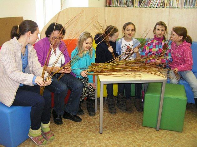 Jak správně uplést pomlázku učila čtenáře knihovnice Helena Valtrová (vlevo).