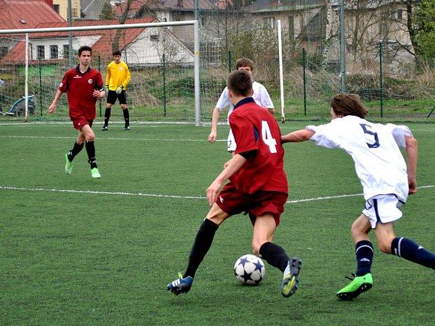 Dva góly vsítil proti Kyjovu kromě Vojtěcha Tajovského i David Henek (vzadu v červeném). Na konci zápasu se radovali z výhry 4:2.