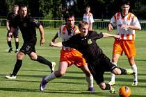 Dobrou obranou se mohou chlubit fotbalisté Havlíčkovy Borové (ve světlém). Na ni před zápasem upozorňuje i trenér Leštiny, František Polák.