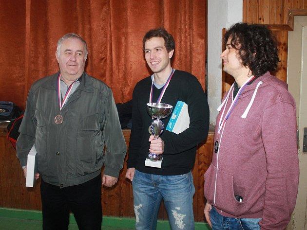 Vítězství si z Golčova Jeníkova odvezl Tomáš Reichel z Čáslavi (uprostřed), který  získal 7,5 bodu. Druhý skončil domácí Vojtěch Král (vpravo) se sedmi body a třetí byl Václav Paulík z Havlíčkova Brodu (vlevo), který uhrál pět bodů.