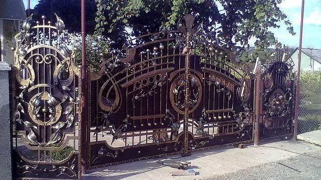 Ukrajinský kovář tvoří z damascénské oceli.
