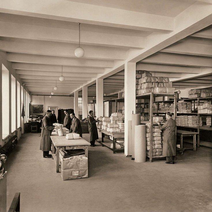 Balení hotových výrobků v továrně na Havířské ulici na počátku 40. let 20. století.
