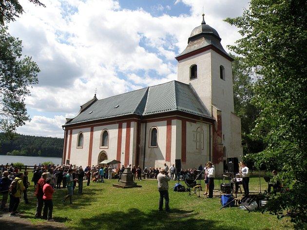 Spolek Přátelé Zahrádky se snaží postupně opravovat a oživovat kostel svatého Víta v zaniklé obci Zahrádka na Ledečsku.