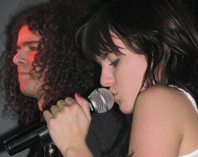 Rockerka Ewa a parťáci z její kapely to umí náležitě rozjet, jejich koncert je živý a plný dynamiky.
