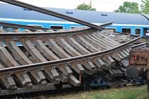 Středeční dopolední nehoda na trati mezi Golčovým Jeníkovým – hlavní nádraží a stanicí Vlkaneč, při níž se ze stále nezjištěných příčin rozjel podvalník kolejových polí, si vyžádala smrt jednoho dělníka. Druhý skončil v nemocnici.