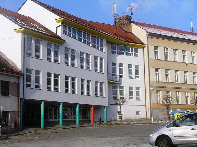 Umělecká škola by se měla stěhovat do nejstarší části budovy základní školy (vpravo).