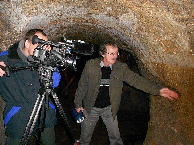 Světlo, kamera! A  natáčení v podzemí mohlo začít. Zasvěceným průvodcem byl v tomto případě Jan Vála.