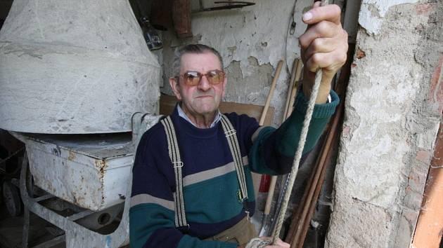Dvakrát denně, když nepočítáme umíráčky, zvoní ručně pětasedmdesátiletý František Plesl na návsi ve Stříbrných Horách. Kdo ho jednou vystřídá, neví. Náhradník se ještě nenašel. A kdo ví, zda se vůbec objeví.