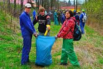 Pomoc řece. Takto studenti havlíčkobrodské střední průmyslové školy stavební uklízeli břehy řeky Sázavy v Havlíčkově Brodě předloni v dubnu.