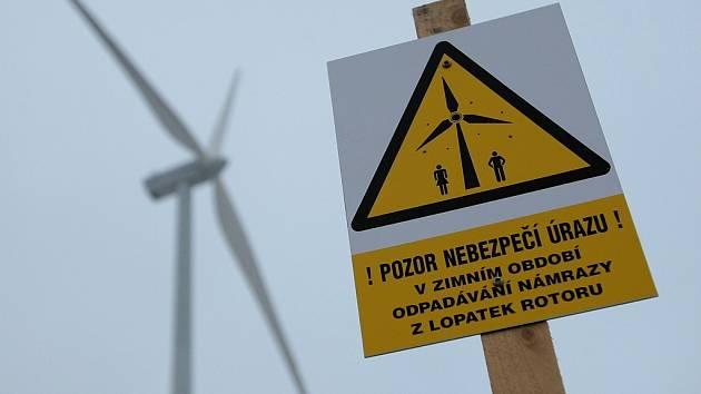 Kolem větrných elektráren by se měli lidé pohybovat opatrně zejména v zimě, kdy může z vrtulí odlétat námraza. Na snímku je elektrárna v Kámeni na Brodsku.