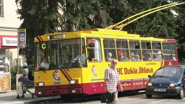 Městský trolejbus oděný v barvách jihlavské Dukly.