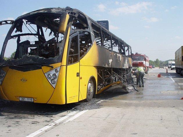 Požár autobusu na dálnici D1 u Humpolce.
