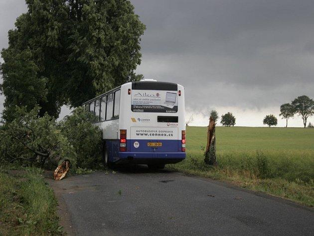 Ucpané silnice. Stromy ležící přes silnici stěžovaly řidičům průjezd. Takhle to vypadalo nedaleko Čachotína a Rozsochatce na Chotěbořsku.
