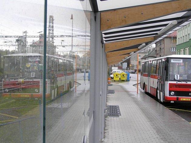 """Nové, ale s chybami. Novému nádraží to opravdu sluší. Má ale několik praktických nedostatků. Ze snímku je například patrné, že za deště cestující nebudou moci nastupovat a vystupovat """"suchou nohou""""."""