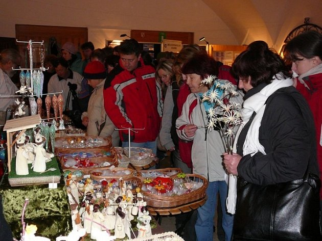 Košíky, medovina, hračky ze dřeva, formy na cukroví, perníky, betlémy i vánoční ozdoby. To je jen zlomek sortimentu, který byl vystaven v desítkách stánků na náměstí.