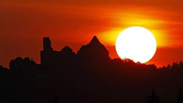 Západ Slunce nad hradem Lipnicí.