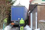 Dlouhé čtyři hodiny trvalo vyprošťování polského kamionu, který v noci z pondělí na úterý uvízl v těsných uličkách poblíž centra v Chotěboři na Havlíčkobrodsku.
