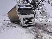 Ledovka a sněhové jazyky komplikovaly po celé pondělí dopravu na Vysočině. Na snímku je odstavený nákladní automobil u Stonařova na Jihlavsku.