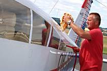 Než Vladimír Říha z Havlíčkova Brodu z přibyslavského letiště vzlétne pod nebe Vysočiny, svůj vlastní čtyřmístný letoun Piper PA-28 pořádně umyje.