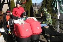 Na trať Dymáčkova memoriálu se rodina Kampových vydala i s kočárkem pro dvojčata.