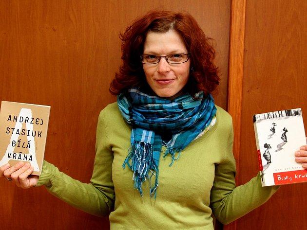 Překladatelská prvotina. První přetlumočený román má na svém kontě Martina Bořilová z Pohledu. V rukou drží knihy Andrzeje Stasiuka Bílá vrána   (Bialy kruk); na snímku vpravo originální polský výtisk, vlevo české vydání z nakladatelství Paseka.