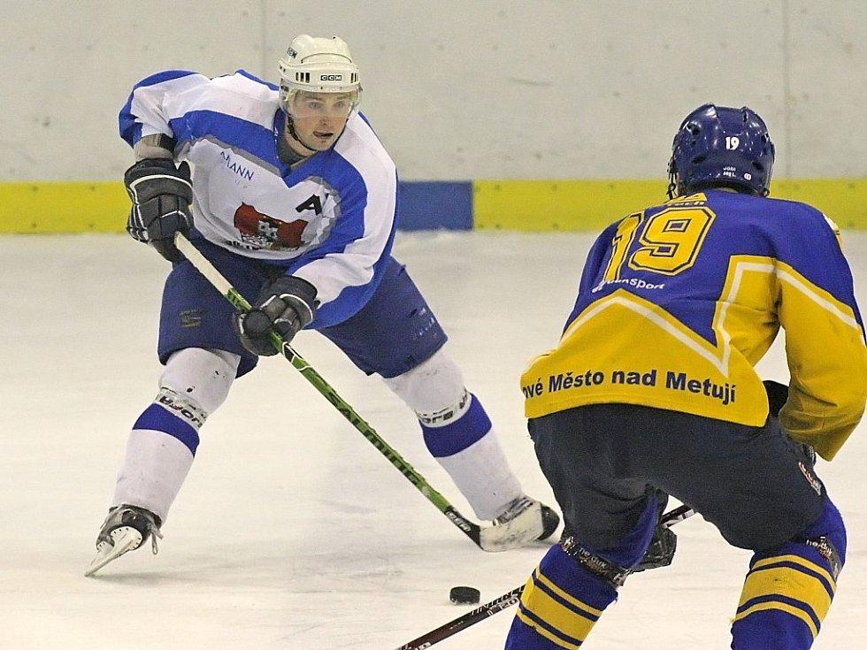 Světelští hokejisté (vlevo Jaroslav Žák) si v kvalifikaci o druhou ligu připsali druhé vítězství. Po dvou kolech mají na kontě plný bodový zisk. Vydrží jim forma i v následujících čtyřech zápasech?