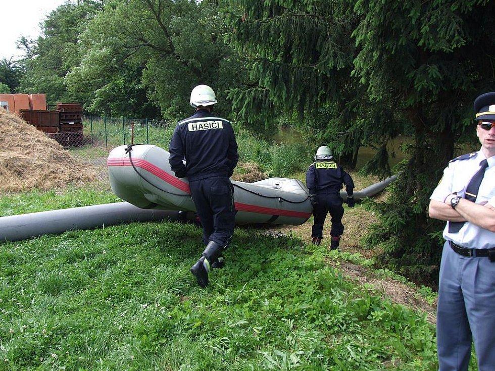 Cvičení hasičského záchranného sboru kraje Vysočina simulující únik ropných látek do řeky Sázavy se uskutečnilo v Ledči nad Sázavou.