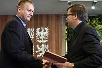 Martin Dorazín (vlevo) z Českého rozhlasu ve čtvrtek převzal v Havlíčkově Brodě novinářskou cenu.