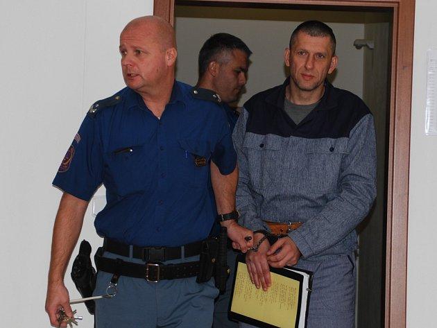 Jihlavský soud začal počtvrté projednávat případ vydírání veterináře z Jihlavska. Na lavici obžalovaných tak s Martinem Foltýnem a Zdeňkem Zapletalem, opět zamíříl i recidivista Roman Motičák (na snímku), jenž aktuálně sedí ve vězení.